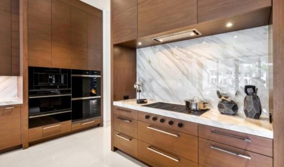 Белая мраморная столешница для кухни
