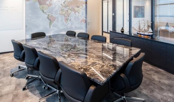 Столешница из мрамора для стола переговоров