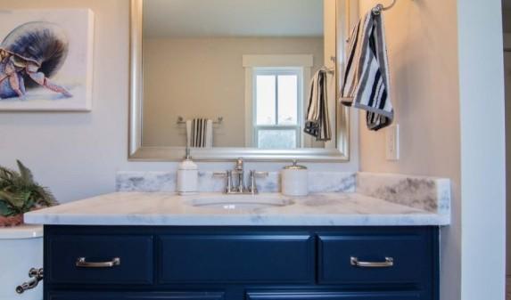 Столешница из белого кварцита для ванной комнаты