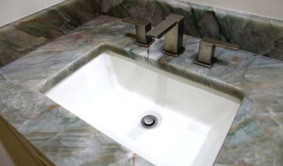 Столешница из кварцита для ванной комнаты