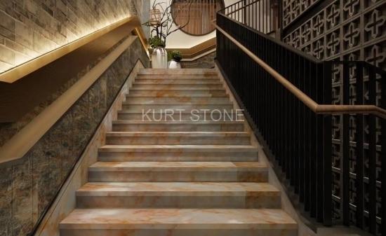 Лестница из оникса