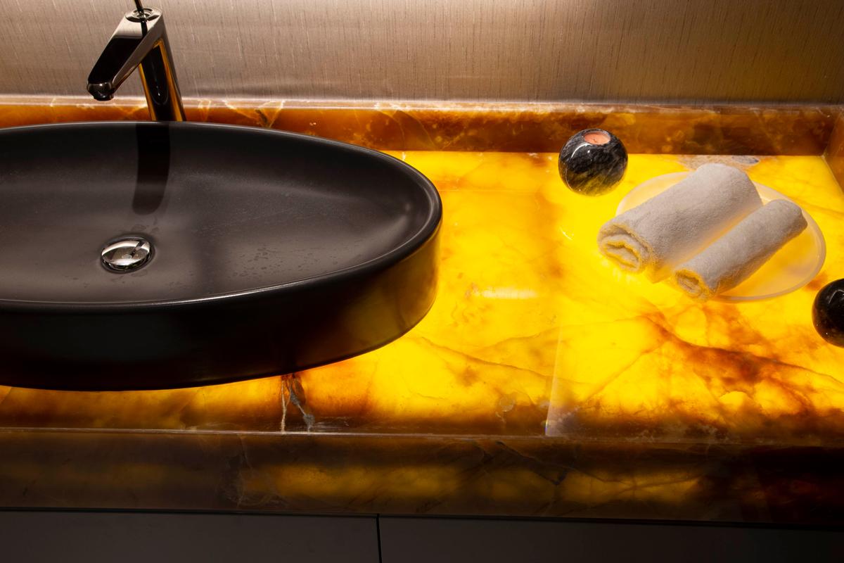 Столешница из оникса для ванной комнаты